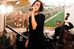 Giulia Guido canta accompagnata dalla Jazz Band