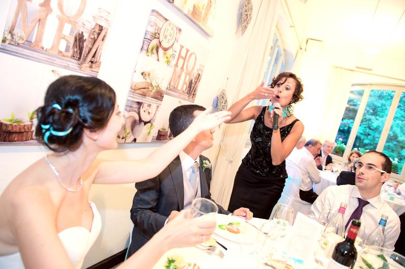 Giulia canta ad un matrimonio con lo sguarso rivolto verso la sposa che la saluta