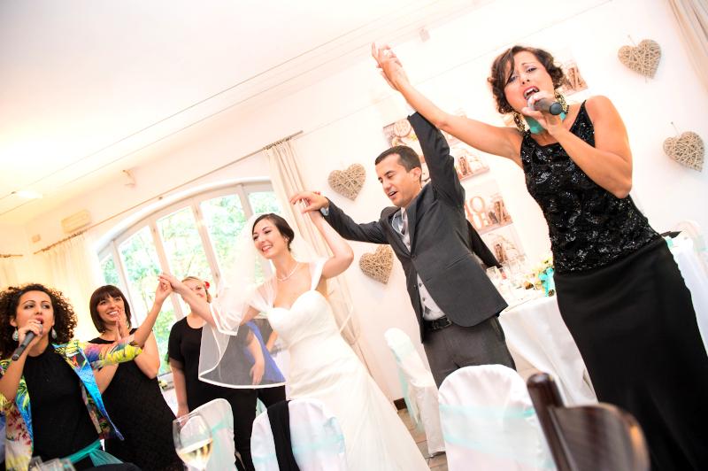 Giulia canta ad un matrimonio facendo ballare gli sposi