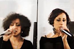 Giulia Guido e Giorgia Bardelli cantano insieme accompagnate dalla Jazz Band