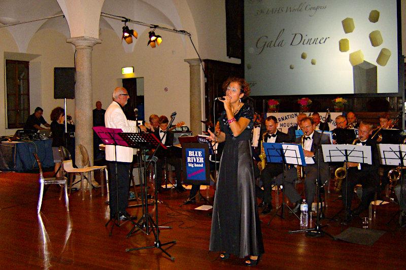 Giulia canta accompaganta da una orchestra in una serata di gala